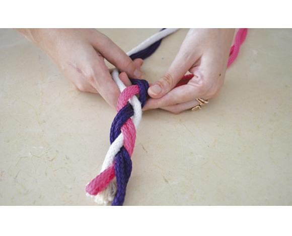 Faça uma trança bem firme e bonita com as cordas